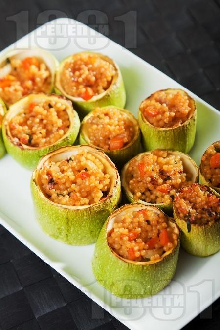 Вкусни пълнени тиквички за ордьовър с кускус и моркови на фурна - снимка на рецептата